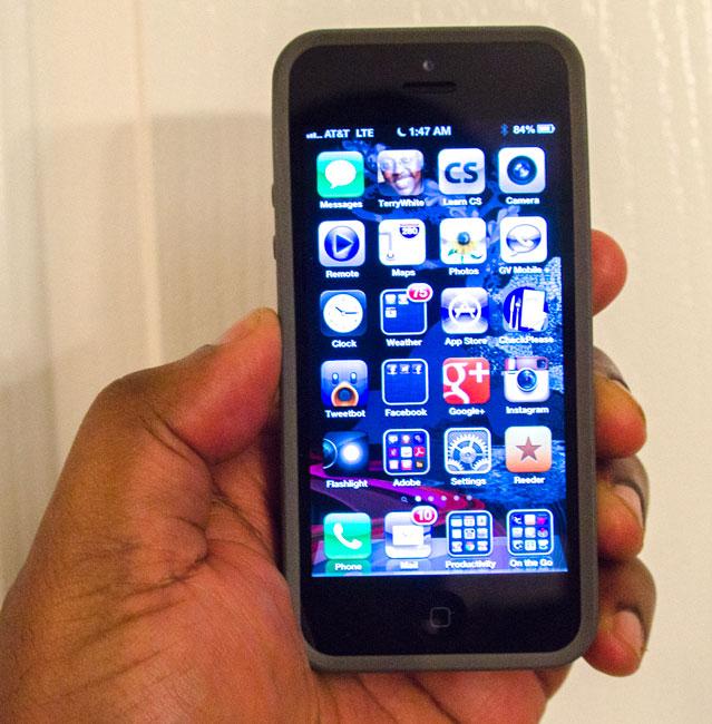 holding_iPhone5